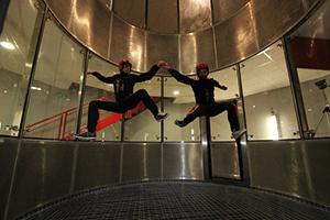 Momo, gorille dans le simulateur de chute libre Skydive FlyZone